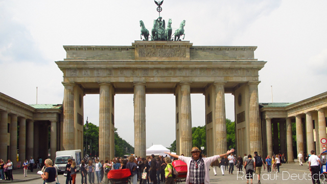 vor dem Brandenburger Tor in Berlin (Mai 2011)